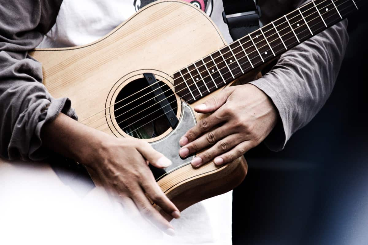 how to learn to play an acoustic guitar