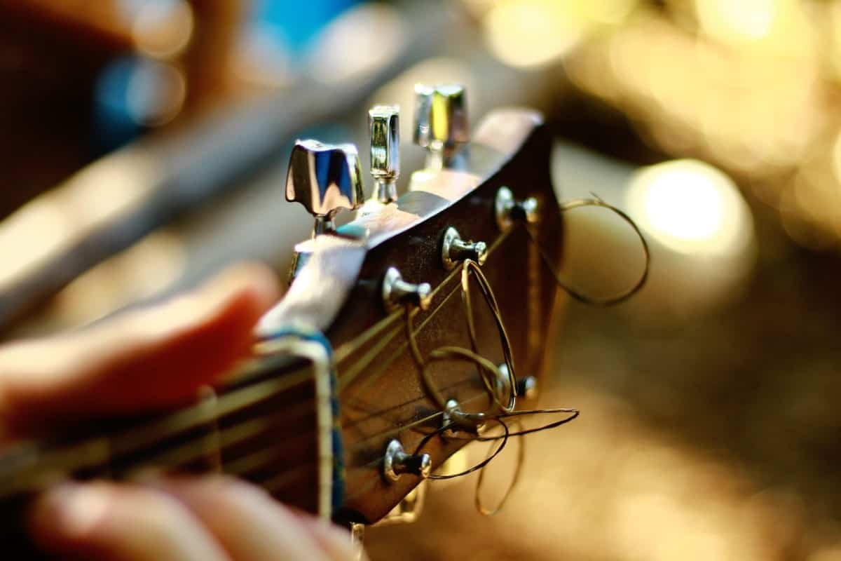 how to tune a guitar by ear - guitar headstock