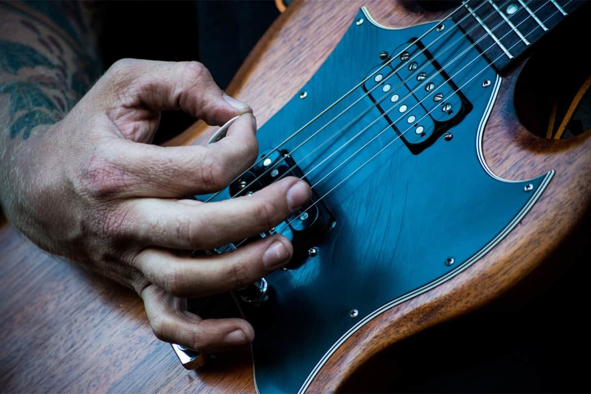 how_to learn to play an electric guitar