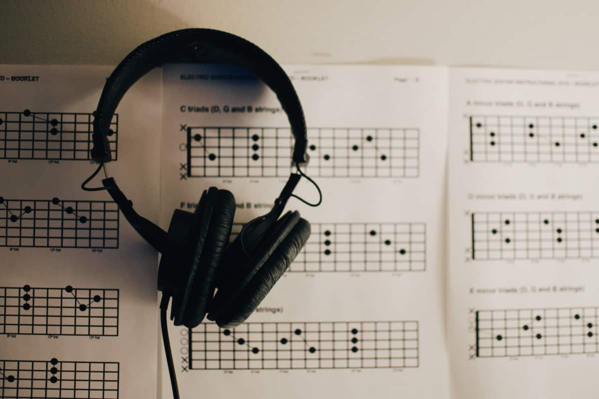 learn to read music for guitar - guitar tabs with headphones
