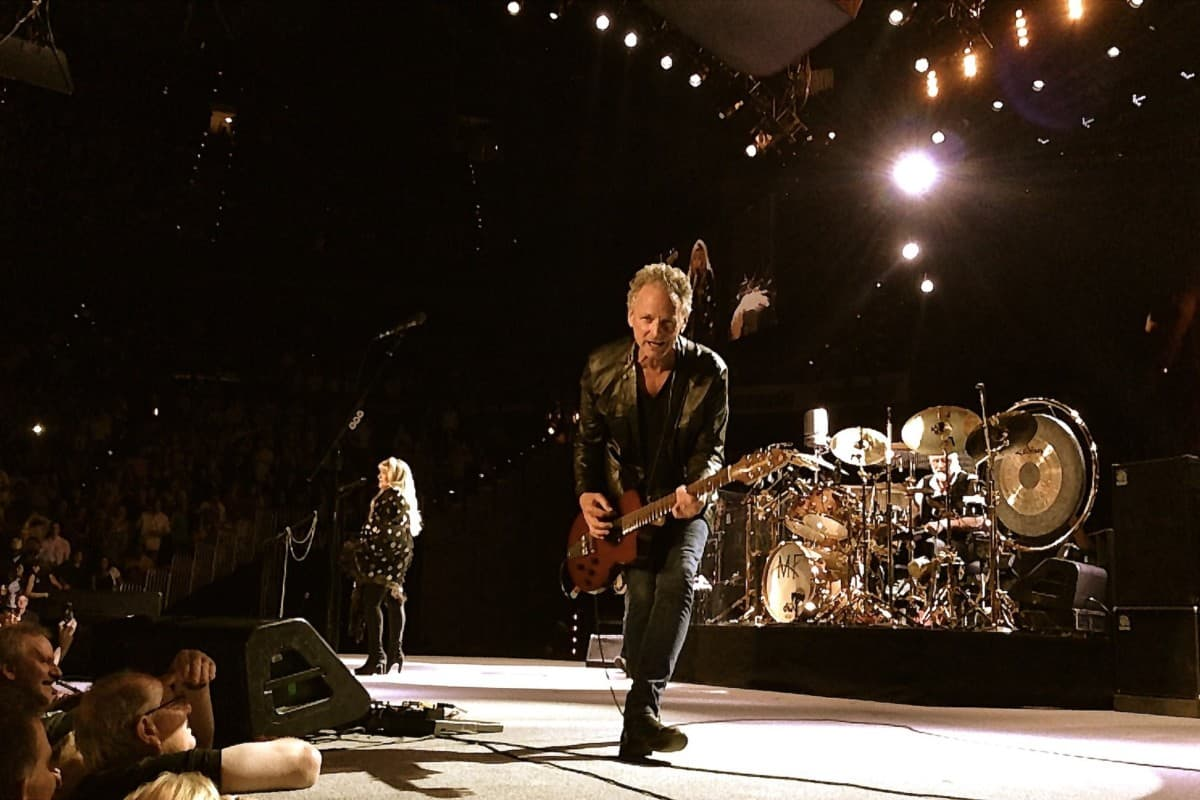 what kind of guitar does lindsey buckingham play