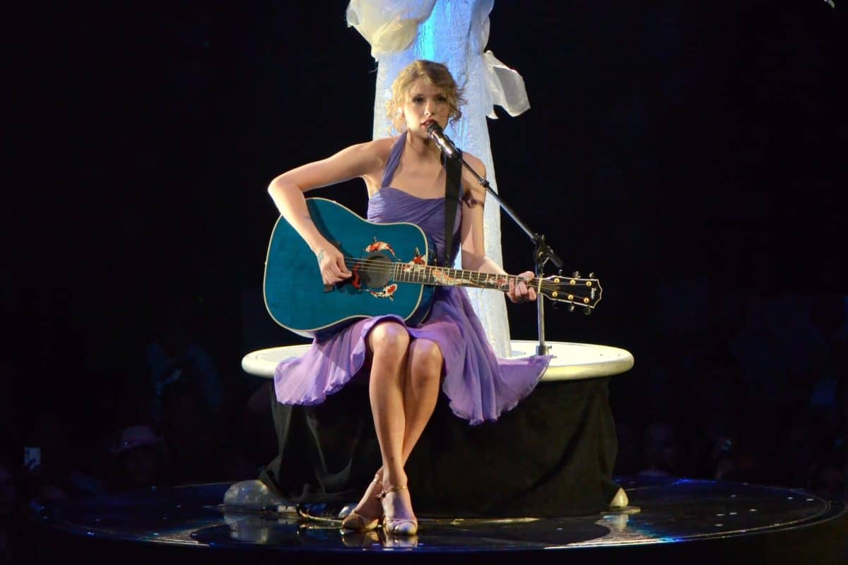 what kind of guitar does taylor swift play