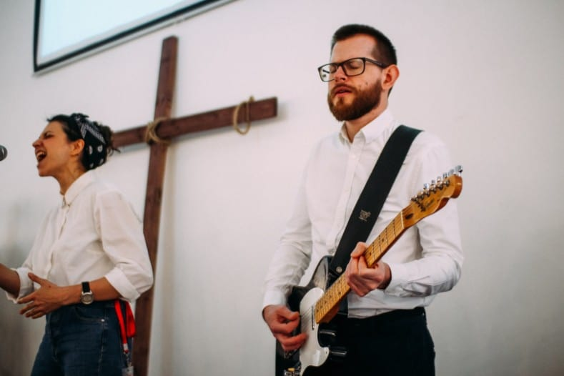 worship guitar lessons - playing guitar in church